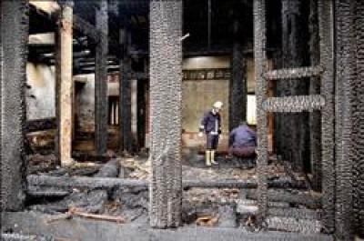 蘆洲「秀才厝」原本保留較為完整的大廳,昨天慘遭大火吞噬,雖然主體仍在,但大廳內部已被燒得精光。(記者陳儀珊攝)