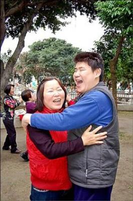 阿鴻(右)最愛和媽媽來個「擁抱的笑」,感謝媽媽一路相伴「陪笑」、甩掉憂鬱。(記者李容萍攝)