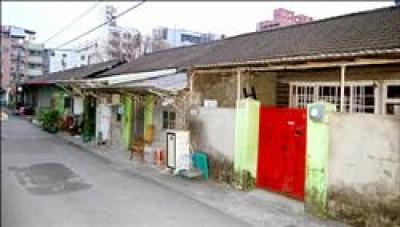 高市長明街台鐵宿舍保存完整,文化團體連署發起保存聲浪。(記者陳文嬋攝)