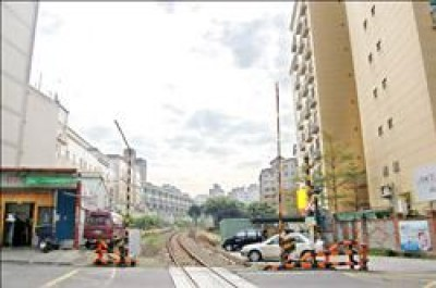 桃林鐵路沿線不少地區人口密集,桃園縣政府初步規劃把桃林鐵路變成公車捷運系統。(記者陳文正攝)