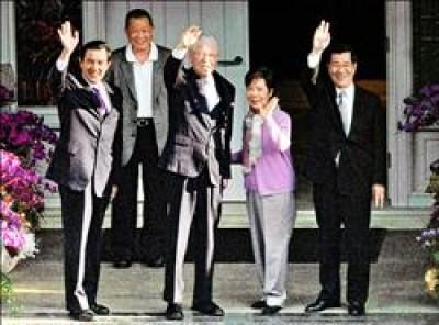 正副總統當選人馬英九(左一)和蕭萬長(右一),昨天下午展開請益之旅,拜訪前總統李登輝(左三),李前總統和夫人曾文惠(右二)特別在門口接待,引領馬蕭進入翠山莊住所,並向守候的媒體揮手。(記者張嘉明攝)