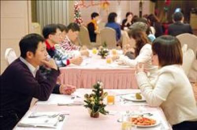 除了透過高會費婚友社交友,還有許多社會團體提供單次費用千元有找的聯誼活動,透過小遊戲、共進晚餐等方式,拉近彼此距離。(記者車筱慧攝)
