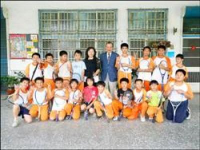 從日本飛來訪問鹽水國小的森雅大(後排右五)和軟網隊合影留念,捐助學生赴日比賽。(記者楊金城攝)