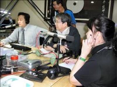 前總統府秘書長陳師孟(圖中坐者)昨在台南接受電台專訪時指出,辜寬敏若當選黨主席,民進黨分裂的機會確實較高,因為新潮流系可能會出走。(記者黃博郎攝)<br>