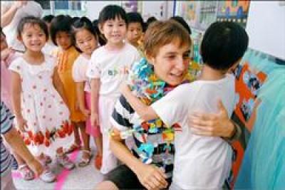 德國青年金大衛與小朋友親抱依依不捨。(記者洪瑞琴攝)