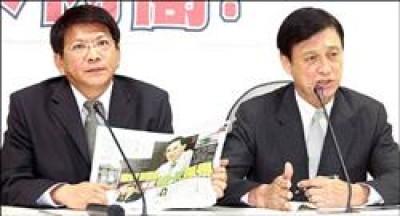 民進黨立委潘孟安(左)及王幸男(右)等人昨日召開記者會表示,外交部長歐鴻鍊領納稅人的錢,卻擁有綠卡,準備「落跑」,對於這樣的外交部長,黨團要求他向社會道歉、且應下台。(記者王敏為攝)