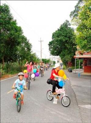 騎自行車已成全民運動,假日經常可看到大人、小孩騎車上路。<br>(記者游明金攝)