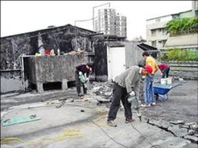 公寓四樓漏水,屋主僱工在頂樓修繕(記者劉志原翻攝),法院判一樓住戶也要出錢。