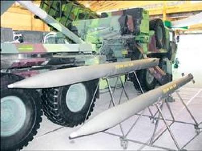 由於中國不簽署集束彈藥公約,台灣軍方也表示不會放棄這類殺傷力廣大的武器,圖中為雷霆二千多管火箭,彈內就使用集束彈藥,軍方表示將繼續使用。(記者許紹軒攝)