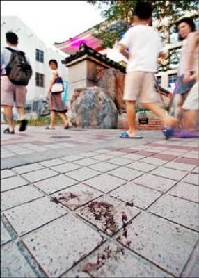 日前踹前總統陳水扁一腳的愛國同心會成員蘇安生昨日在台北市林森南路東和禪寺前遭人圍毆送醫,人行道上疑似留有斑斑血跡。(記者廖振輝攝)