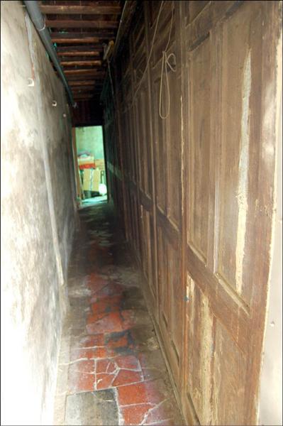 相傳為「摜籃假燒金」發生地的呂祖廟現在已成為民宅,但仍殘留一些廟宇構造殘跡。(記者吳幸樺攝)