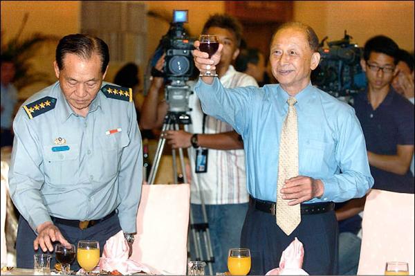 國防部昨日於三軍軍官俱樂部舉行九一記者節餐敘,部長陳肇敏舉杯向在場媒體致意。(記者羅沛德攝)