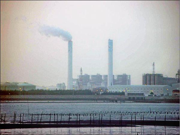 台塑六輕一年排放六千七百萬公噸二氧化碳,等同供一萬零四百九十八個中秋節烤肉的排碳量。(資料照,記者詹士弘攝)