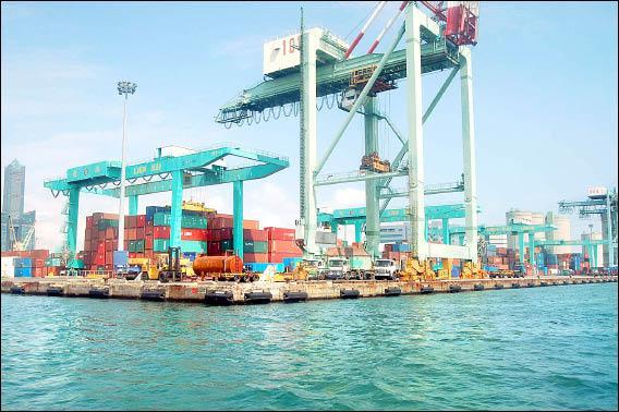 馬英九競選時誓言打造高雄自由貿易港區,並提出許多政見,至今全無下文。(記者侯承旭攝)