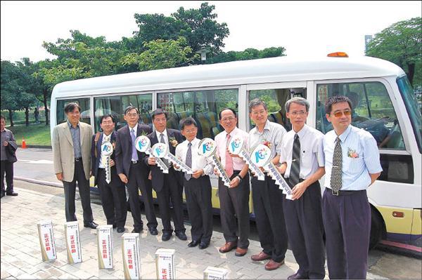 縣長楊秋興(中)與7校正副校長、高雄學園執行長曾梓峰(左一)共同啟動快捷公車。(記者洪定宏攝)