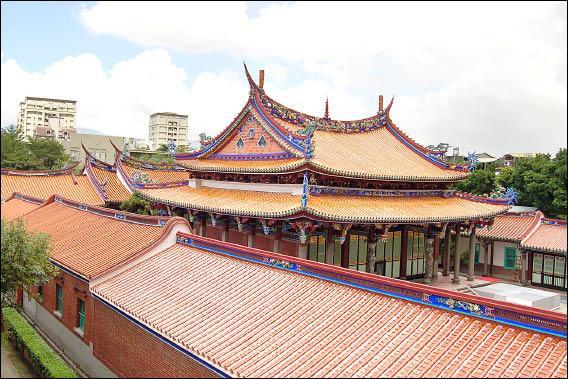 台北孔廟大成殿(中)是修復工程最核心的部分,圖為完工後,從地形制高點眺望大成殿等建築景觀,在藍天白雲襯托下,更顯得宏偉氣派。(記者陳璟民攝)