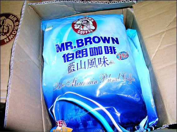被查封的伯朗咖啡藍山風味的增量分享包。(記者羅正明攝)