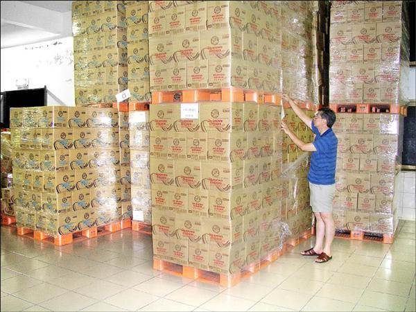 桃園縣政府衛生局昨晚緊急查封金車公司出問題的沖泡式咖啡、玉米濃湯,到深夜為止已查封9千多箱。(記者羅正明攝)