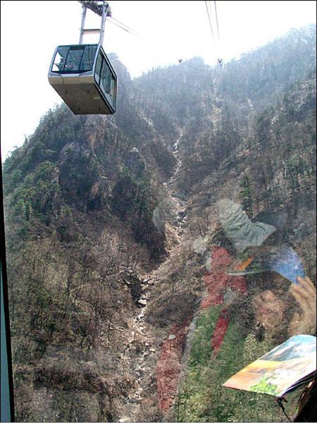 寶來藤枝纜車是否淪為縣府的夢魘,值得觀察。圖為韓國雪嶽山國家公園纜車。(記者洪定宏攝)