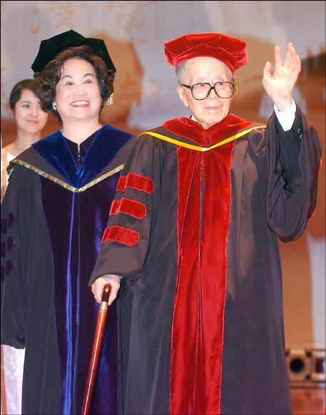 世新大學昨頒贈名譽博士學位給傳播界大老葉明勳(右),以表彰他對新聞界的貢獻,圖左為世新大學董事長成嘉玲。(記者王敏為攝)