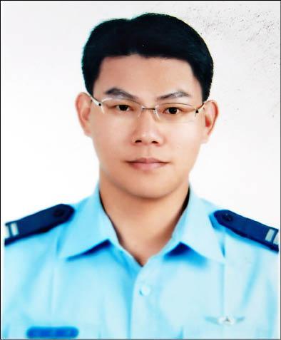 失蹤的上尉航空工程官陳建廷,他去年初才與擔任檢察官的妻子柯文綾結婚(記者張瑞楨翻攝)