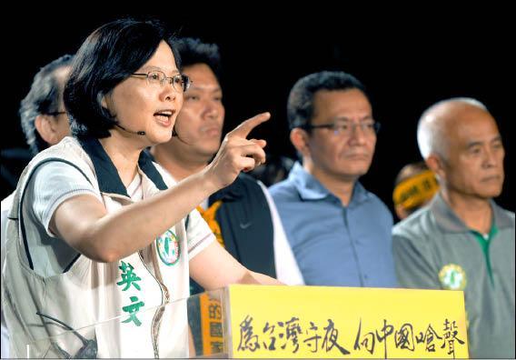 民進黨主席蔡英文昨晚在「為台灣守夜 向中國嗆聲」活動中,號召民眾今天走上街頭,向陳雲林嗆聲。(記者林正堃攝)