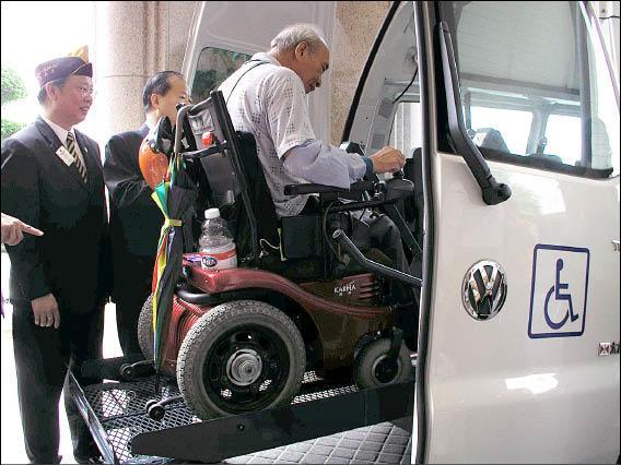新竹縣許多身心障礙者向縣議員范玉燕抱怨,竹縣才4部復康巴士,他們常預約不到車。(記者廖雪茹攝)