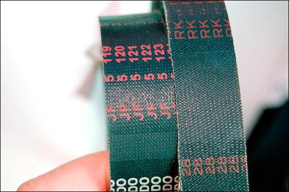 真品皮帶(右)序號有一定的規格,與仿冒品明顯不同。<br>(記者吳世聰攝)