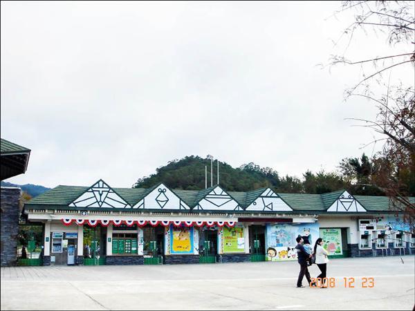 貓熊來台又衍生出主權風波,先是台北市立動物園大門疑為方便中國媒體拍攝,一度降下國旗。(徐佳青提供)