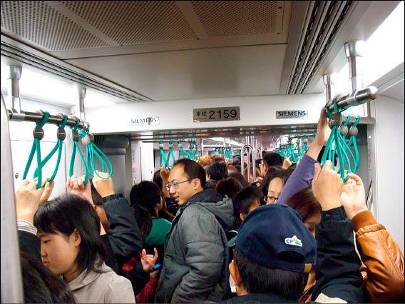 高雄捷運3節車廂容量碰到大型活動顯得窘迫擁擠。(記者楊菁菁攝)