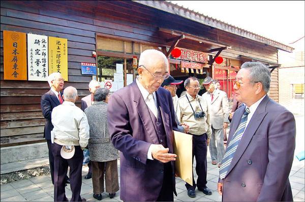 日本交流協會高雄事務所長神戶浩道(右)專程參加池上一郎文庫8週年慶。(記者郭靜慧攝)