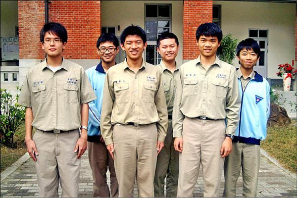 台南一中學測滿分者李念澤(左起)、溫博翔、鄭凱元、林伯昱、林智偉、洪明道。 (記者黃文鍠攝)<br>