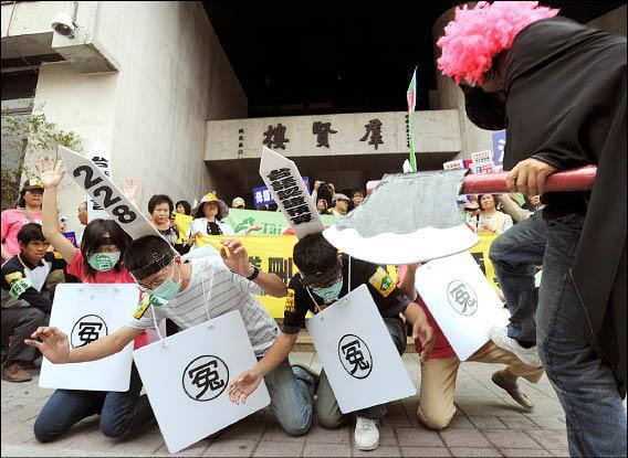 由二十幾個本土社團組成的「抗議刪除台語認證預算行動聯盟」,昨日到立法院陳情並演出行動劇,抗議預算被刪除。(記者王藝菘攝)