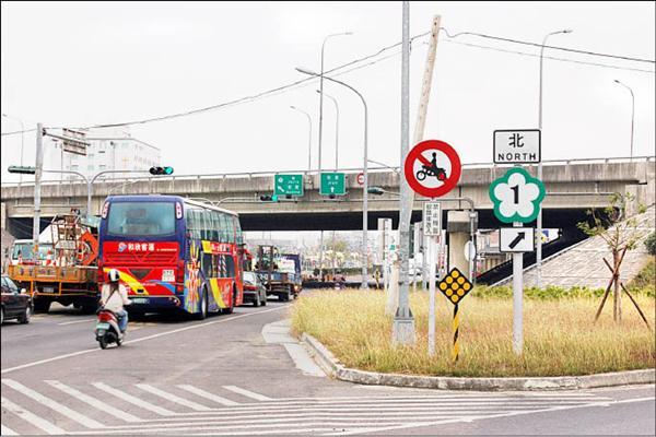 中山高麻豆交流道下平面道路禁止機慢車輛進入,大多數機車騎士卻仍直行通過。(記者劉婉君攝)