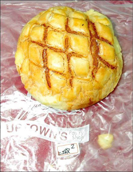 上城麵包店販售的菠蘿麵包單價三十元,被消基會批評貴的離譜。(記者許敏溶攝)