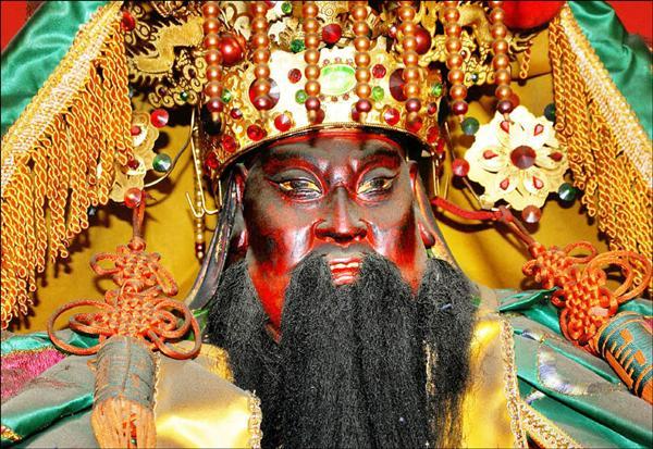 南縣關廟鄉下湖關帝廟主祀的文衡帝君,是尊露齒神像,相當罕見。<br>(記者吳俊鋒攝)