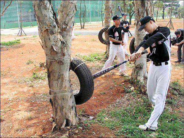 陸軍專科學校棒球隊員利用廢輪胎來練習打擊,揮棒次數增加,揮出全壘打的機率也大增。(記者羅正明攝)