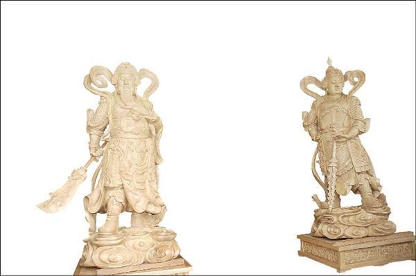 通霄鎮木雕師傅改雕神佛,盼與三義藝術木雕市場區隔。(記者張勳騰攝)