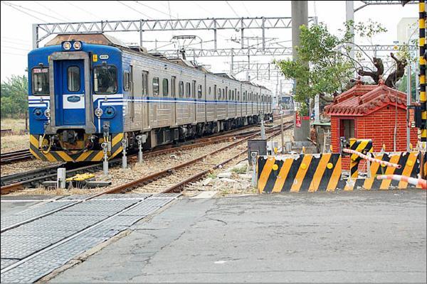 北營坐鎮新營火車站北側的平交道旁,每天看著火車來來往往,庇佑平安。(記者楊金城攝)