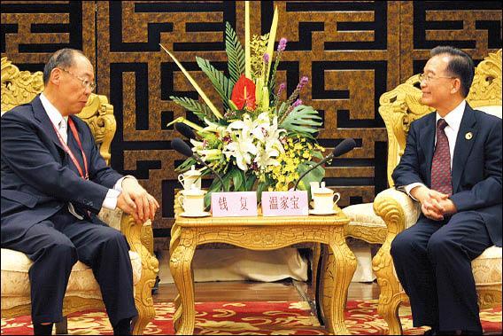 中國國務院總理溫家寶(右)昨日在海南博鰲,接見台灣兩岸共同市場基金會代表團團長錢復(左)一行。(中央社)