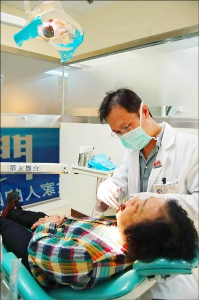 桃園縣政府今年推出補助中低收入老人裝活動假牙,每人最多4萬元。(記者陳文正攝)<br>