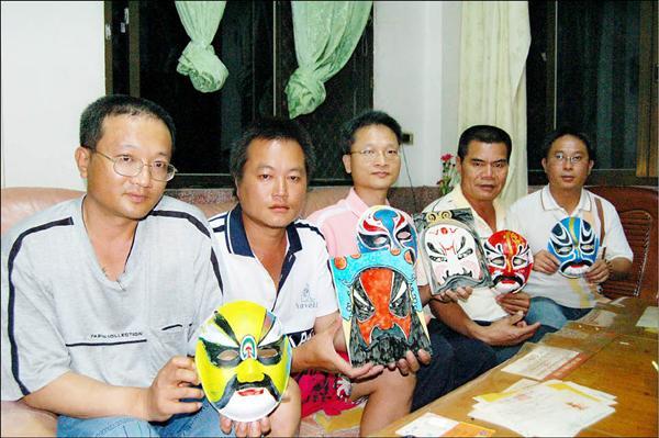 5、6年級生的蕭吉宏(左起)、蕭政欣、蕭吉利、蕭國瑞、陳維仁,希望打造頂長社區成為結合無米樂的「打面」藝術樂活農村。(記者王涵平攝)