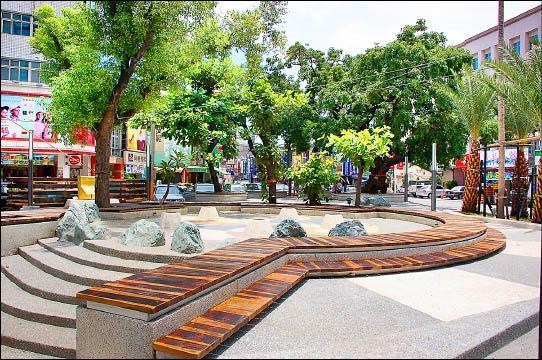 三角公園改建後煥然一新,還有小型噴水池,未來可提供民眾親水設施。(記者郭靜慧攝)
