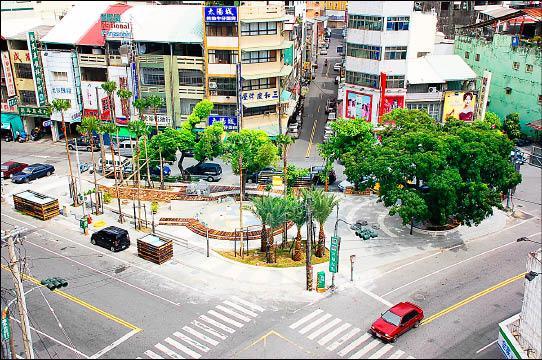 潮州鎮三角公園佔地迷你,鎮民長久以來都認為是全世界最小的公園,鎮公所考慮申請金氏世界紀錄。(記者郭靜慧攝)