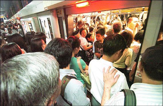 北捷運內湖線全線通車後,中山國中站下班尖峰時間擠進轉乘民眾。(記者簡榮豐攝)