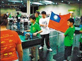 台灣學生參加機械人世界盃十四歲組足球賽,包辦前三名,比賽過程中還有同學拿起國旗加油。(宋德震提供)