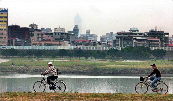 一水之隔的台北縣、市,已形成同一個生活圈,台北縣也將升格為直轄市,並將改名為「新北市」,不少台北縣、市的民眾都覺得這個名稱沒什麼新意,且依中央規劃,以後台北市、新北市、基隆市還要再合併,仍將稱台北市,新北市之名只是過渡而已,用不了幾年就可能不見了。(資料照,記者王藝菘攝)