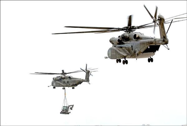 美軍MH-53E海龍直升機昨天開始執行重機具吊掛作業,昨天從台南空軍基地吊掛三部挖土機到對外交通仍然不便的高雄縣那瑪夏鄉,投入救災工程。(記者黃志源攝)