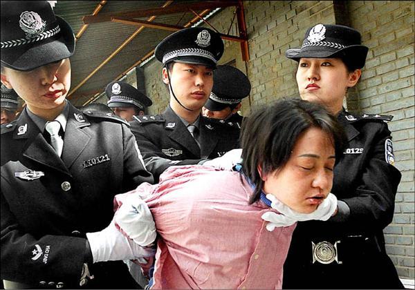 中國衛生部副部長黃潔夫承認,國內超過65%移植器官來自被判死刑的囚犯,但人權團體則指出,實際數字應達到9成。圖為一名中國死囚被押解的畫面。(法新社檔案照)