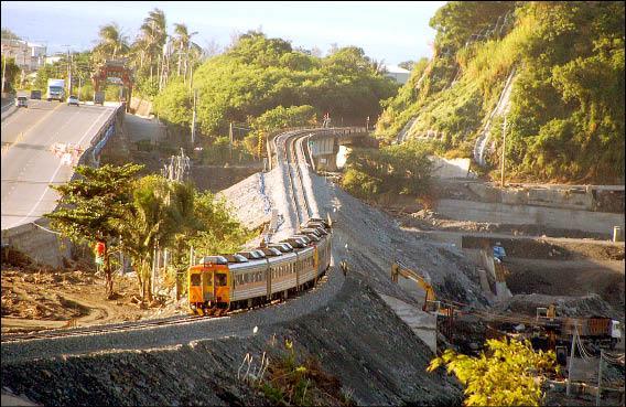 南迴鐵路搶通,第一班自強號列車慢速平穩通過南太麻里橋段。(記者王秀亭攝)